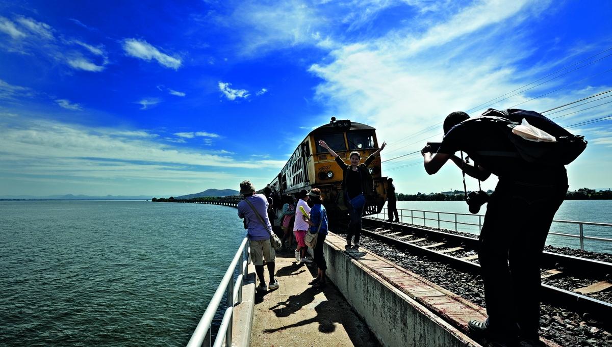 Du lịch bằng tàu hỏa qua đập Pa Sak Jolasi, Thái Lan. Nguồn: Wikipedia