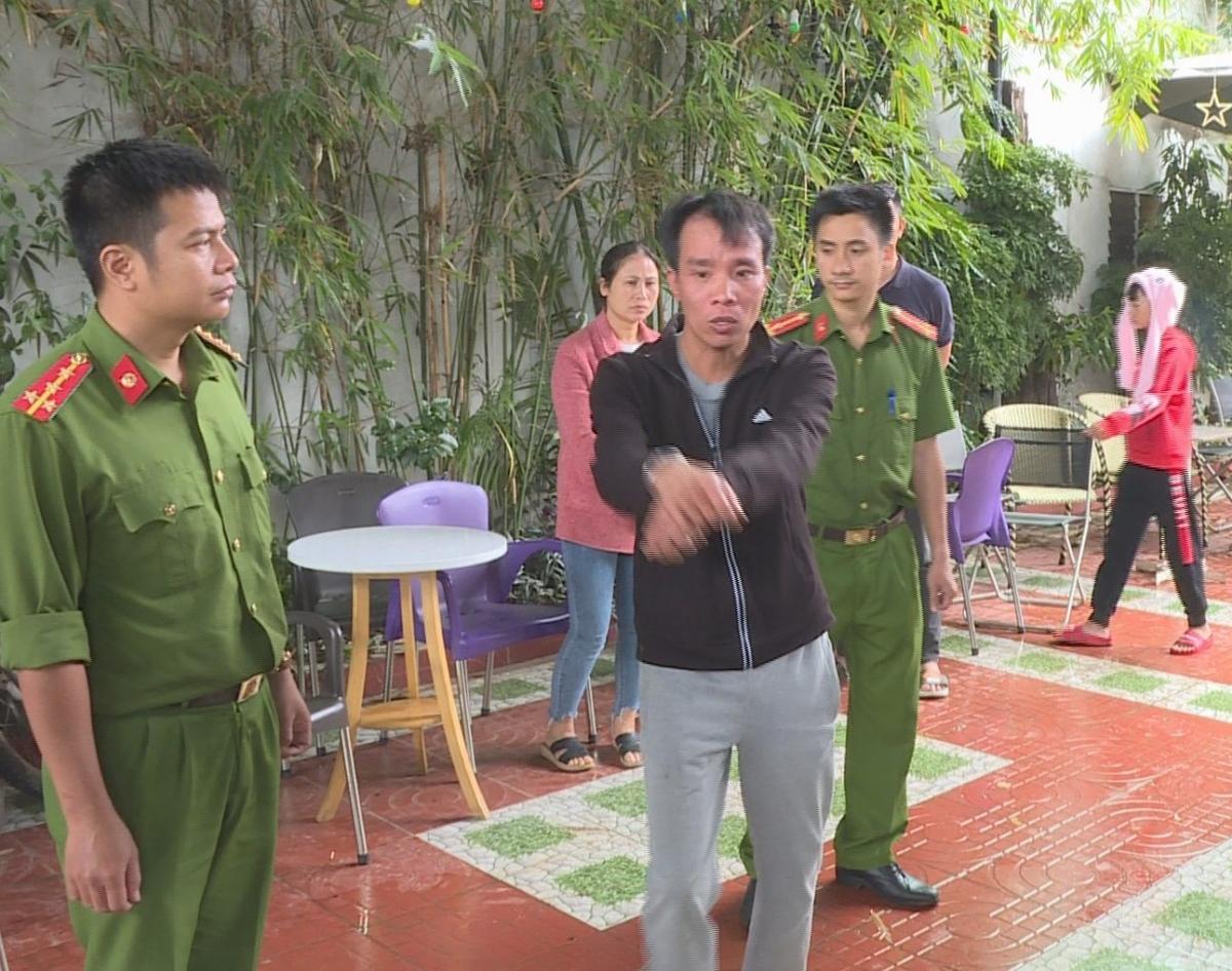 Đối tượng Dương (áo khoác đen) được lực lượng công an đưa tới thực nghiệm hiện trường.
