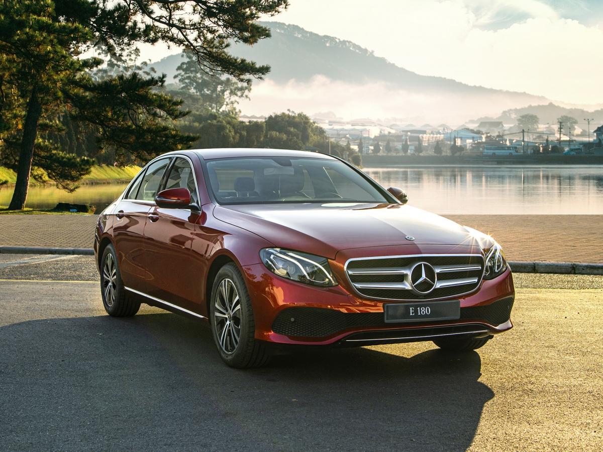 Mercedes-Benz E 180 nổi bật với phong cách lịch lãm, sang trọng.