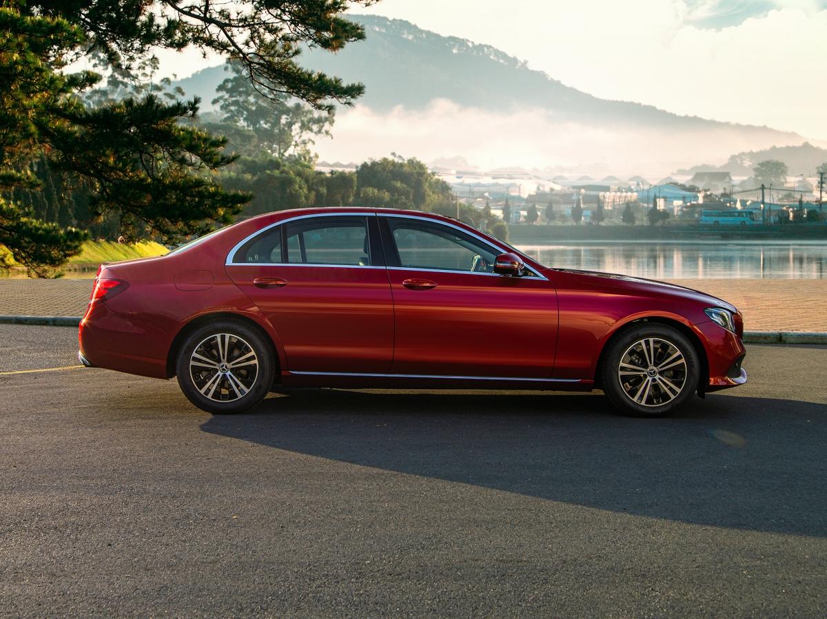 Mercedes-Benz E 180 có kích thướcdài x rộng x cao đạt mức4.923x 1.852 x 1.460 mm;chiều dài cơ sở 2.939 mm.