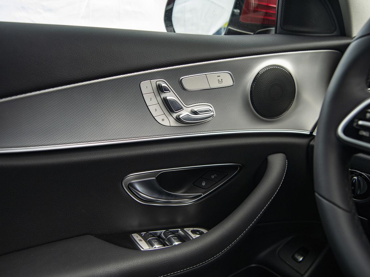 Nhiều chi tiết trên xe được ốp nhôm và gỗ.