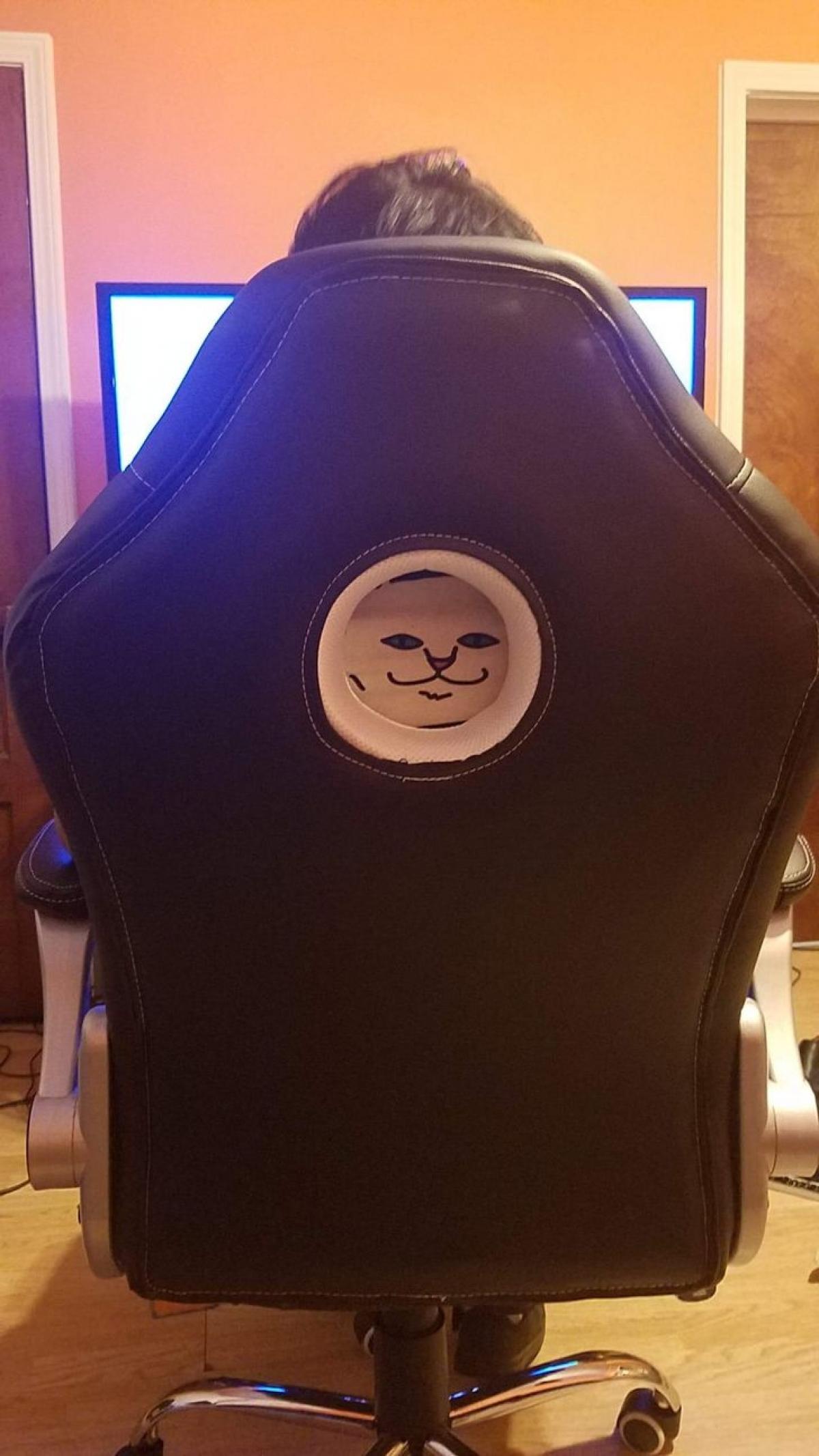 Chỉ là hình mặt cười trên chiếc áo nỉ của tôi vừa đúng với lỗ của chiếc ghế.