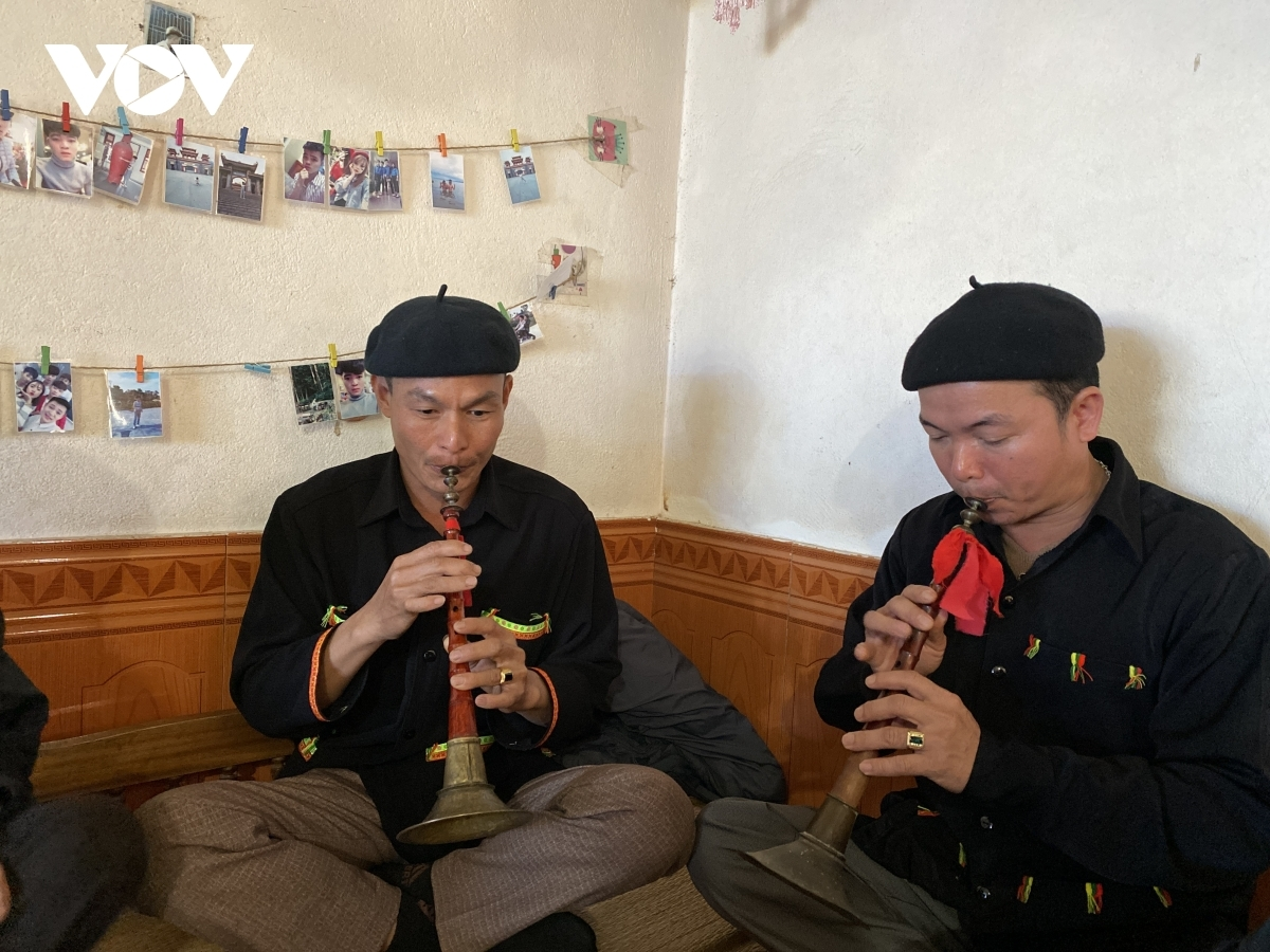 People of the Dao Lo Gang ethnic group play traditional musical instruments while the rituals are underway.