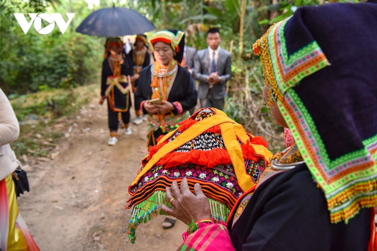 The ceremony begins from the moment the bride enters the bridegroom's house. No matter which ethnic group the bride is from, when marrying a bridegroom from the Dao Lo Gang, the bride must follow the bridegroom's traditional customs.