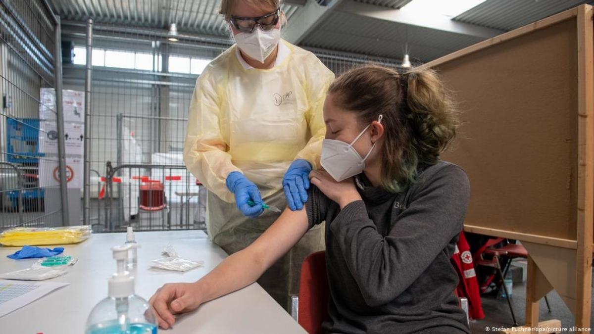 Lo ngại biến chủng mới, nhiều nước điều chỉnh kế hoạch tiêm vaccine Covid-19. Ảnh: DW