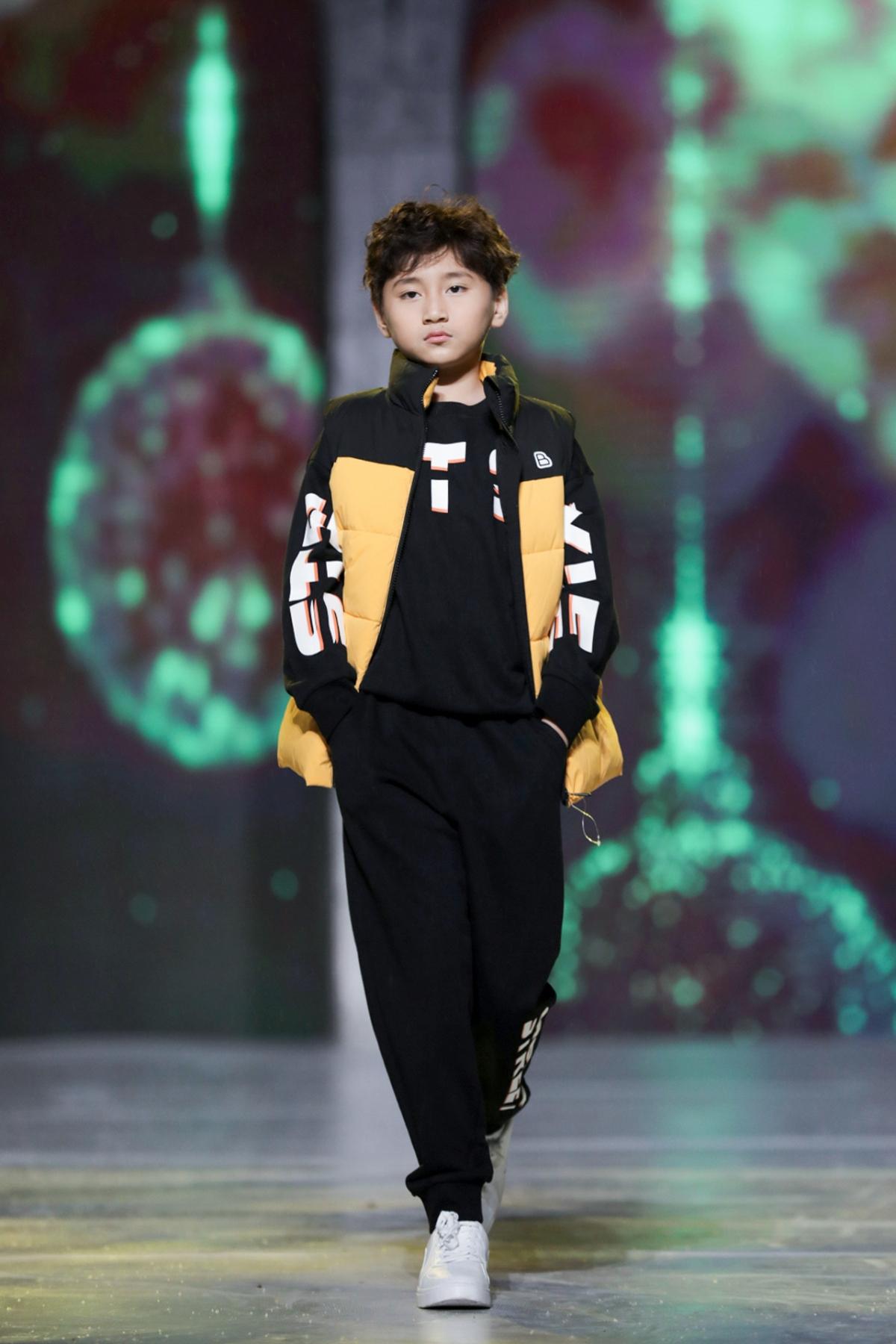 Là học trò do Cindy Thái Tài trực tiếp đứng lớp, mẫu nhí sinh năm 2011 cũng được cô giáo khen ngợi về kỹ năng catwalk và tự tin trên sàn runway./.