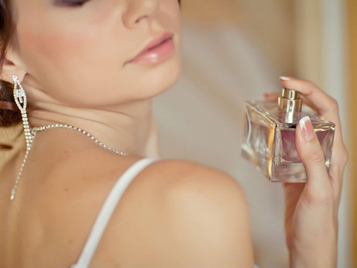 """""""Dặm"""" lại nước hoa bằng bông gòn: Bạn có thể xịt nước hoa lên một vài miếng bông gòn và bỏ chúng vào túi chân không mang theo bên mình. Khi cần thiết, bạn có thể dùng những miếng bông gòn này để """"dặm"""" lại hương nước hoa lên cơ thể./."""