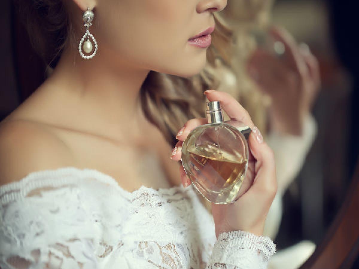 Bảo quản nước hoa đúng cách: Cách bảo quản nước hoa cũng ảnh hưởng đến thời gian giữ mùi của nước hoa đó. Bạn nên bảo quản nước hoa ở nơi có nhiệt độ thấp và không có ánh nắng mặt trời.