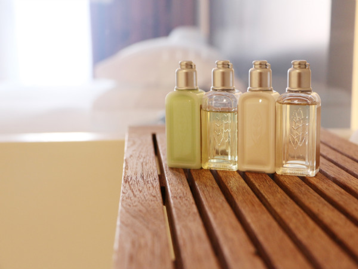 Xịt nước hoa vào lược hoặc bàn chải tóc: Xịt trực tiếp nước hoa lên tóc có thể gây hư tổn tóc, do đó bạn có thể xịt nước hoa vào lược hoặc bàn chải tóc để mái tóc thơm hương nước hoa suốt ngày dài.