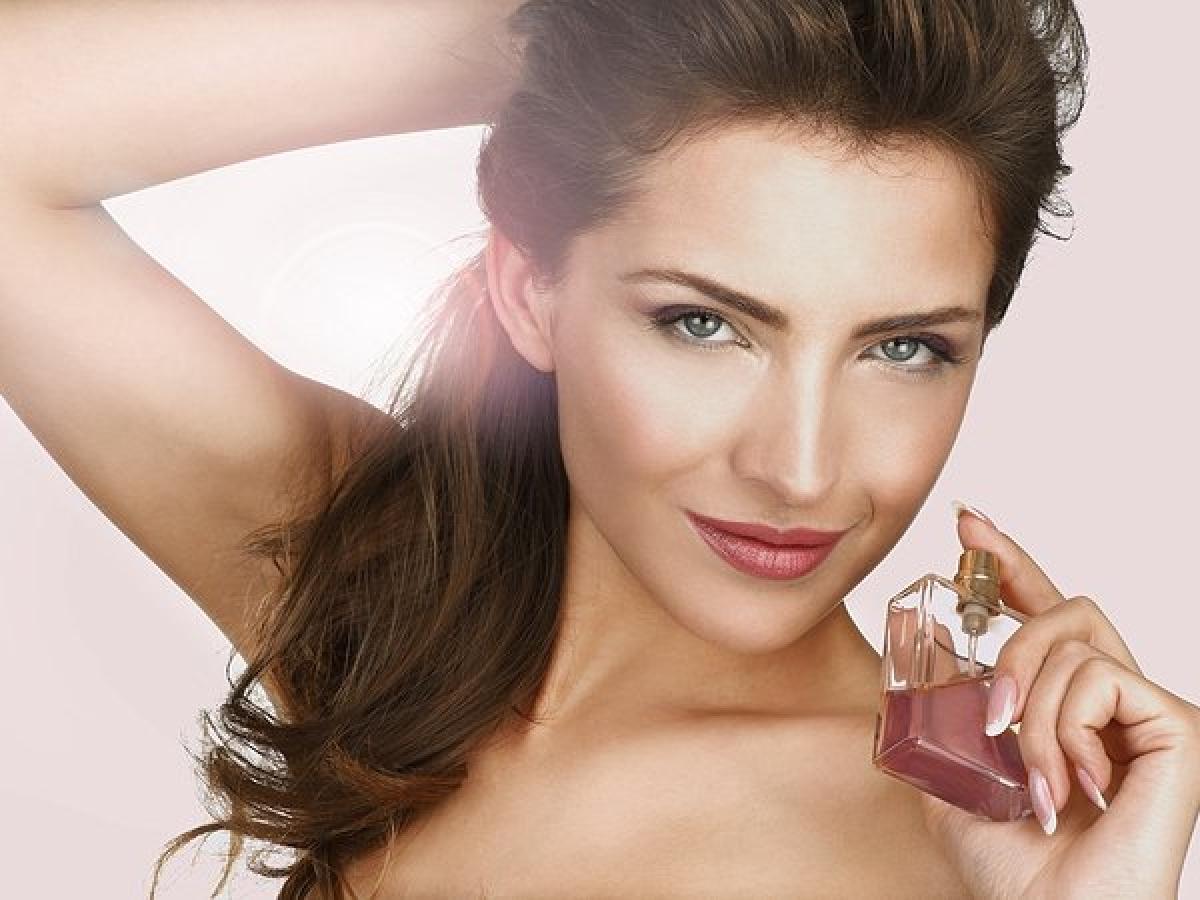 Xịt nước hoa vào đúng chỗ: Quy tắc bạn cần thuộc nằm lòng khi dùng nước hoa là hãy xịt nước hoa vào các điểm mạch trên cơ thể: cổ tay, sau tai, sau đầu gối, khuỷu tay trong và cổ.