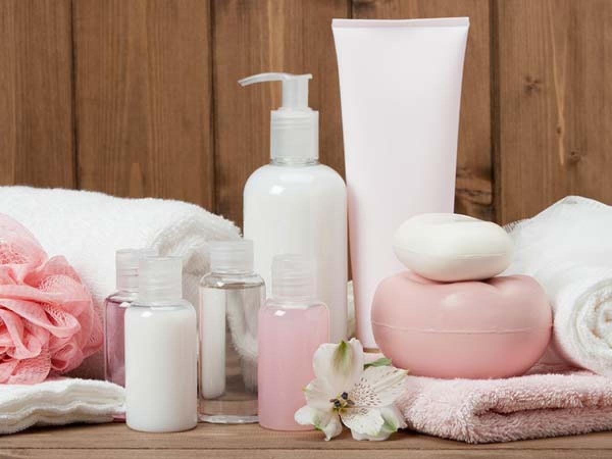 Dưỡng ẩm trước khi dùng nước hoa: Một điều thú vị là nước hoa giữ mùi lâu hơn trên da dầu. Do đó, dưỡng ẩm da trước khi xịt nước hoa sẽ giúp hương nước hoa lưu giữ trên cơ thể bạn lâu hơn. Bạn nên sử dụng kem dưỡng ẩm không mùi để các mùi hương không bị trộn lẫn với nhau.