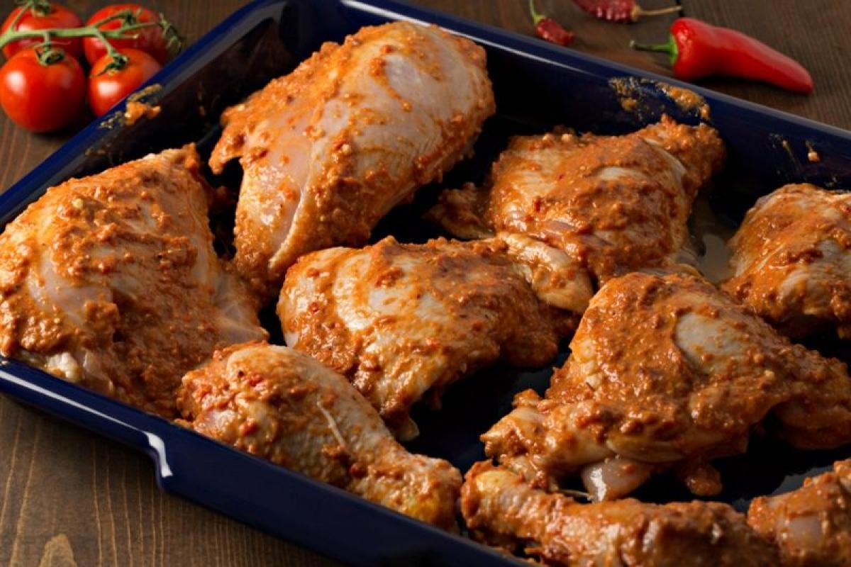 Chế biến thịt gà an toàn với sốt marinade: Để thịt gà chín hoàn toàn và mọi vi khuẩn đều bị tiêu diệt, bạn cần nấu thịt gà ở ít nhất 74 độ C. Hoặc bạn có thể nấu thịt gà cho đến khi nhiệt độ đạt 64 độ C và giữ trong vòng 9 phút. Nếu bạn muốn sử dụng sốt marinade, hãy đun sôi sốt 10 phút trước khi phết lên thịt gà./.