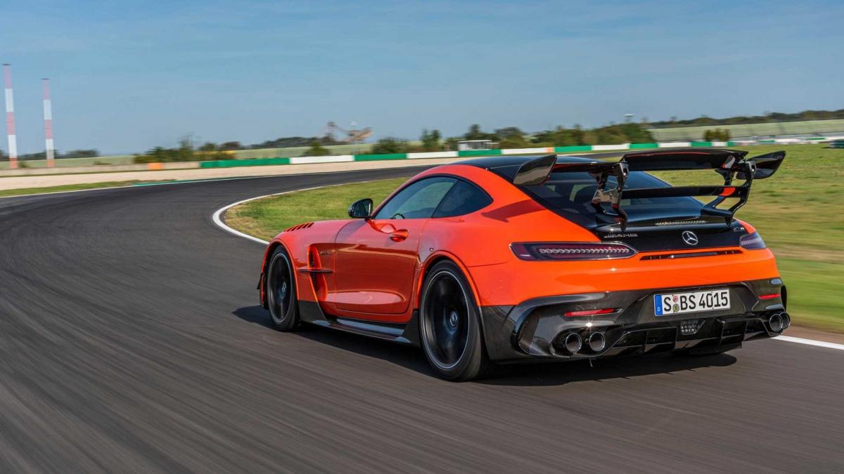 Phân khúc này hoàn toàn khác khi trước đây, AMG GT R chỉ cạnh tranh với những đối thủ McLaren 600LT, Porsche 911 GT3, Jaguar F-Type SVR,…