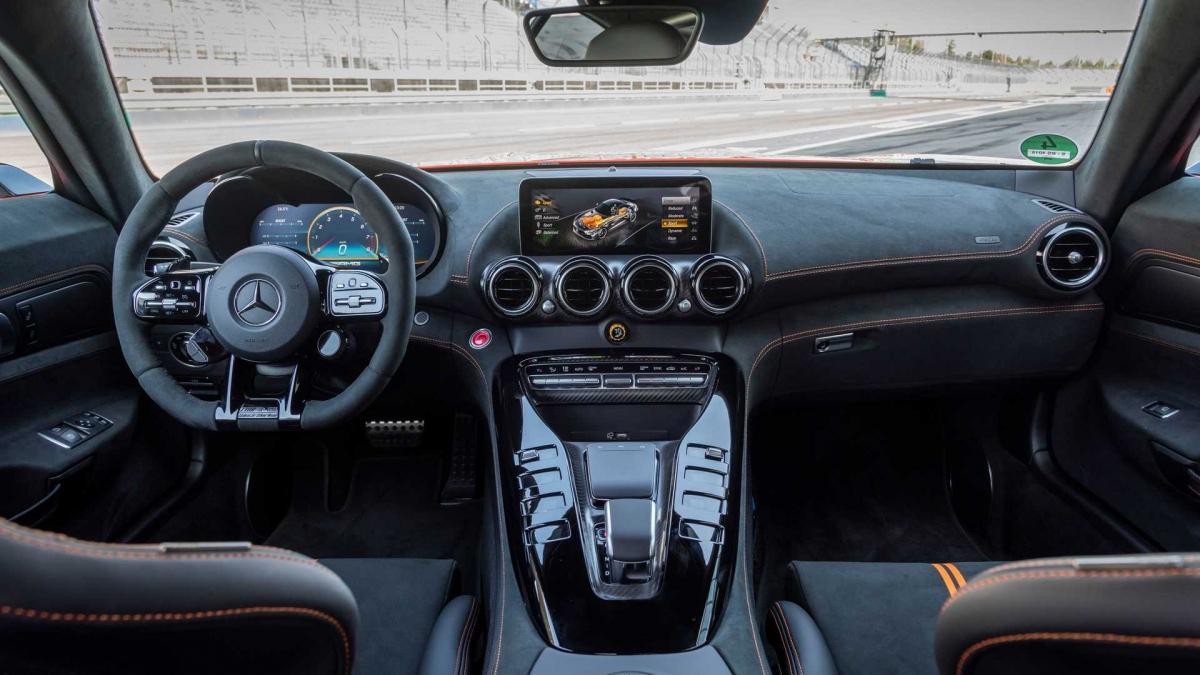 Với sức mạnh và thiết kế khí động học, Mercedes-AMG GT Black Series vừa qua đã vượt qua kỷ lục của Lamborghini Aventador SVJ, trở thành chiếc siêu xe thương mại nhanh nhất tại trường đua Nurburgring.