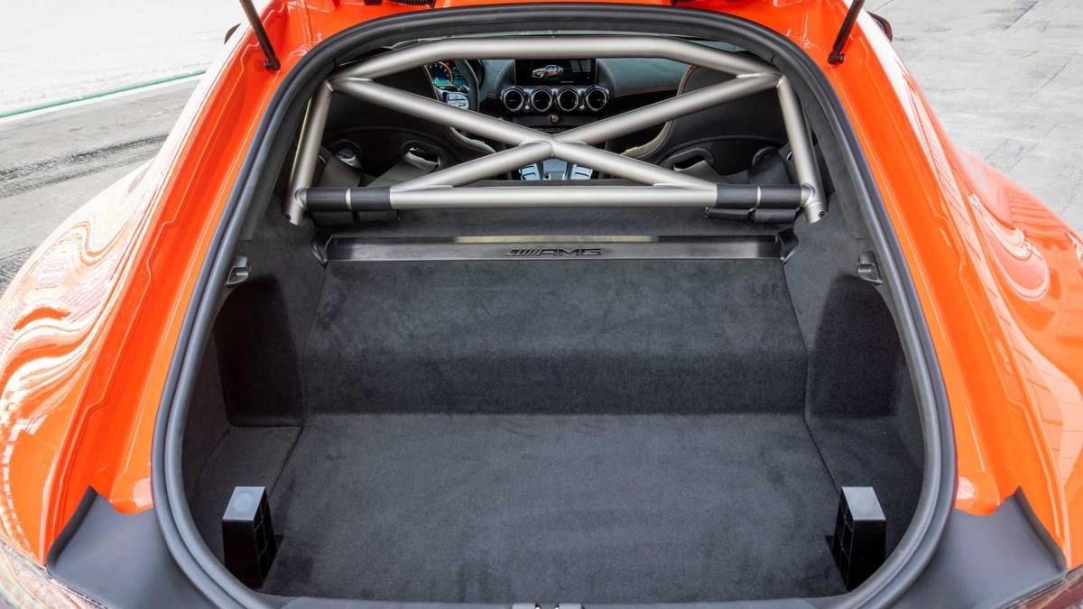 Các hốc tản nhiệt đều được nẹp chrome tối màu, trên các vè bánh xe phía trước cũng đã được trang bị các hốc gió dài. Với thiết kế này, luồng gió qua xe được tối ưu hóa, cải thiện khả năng khí động học.