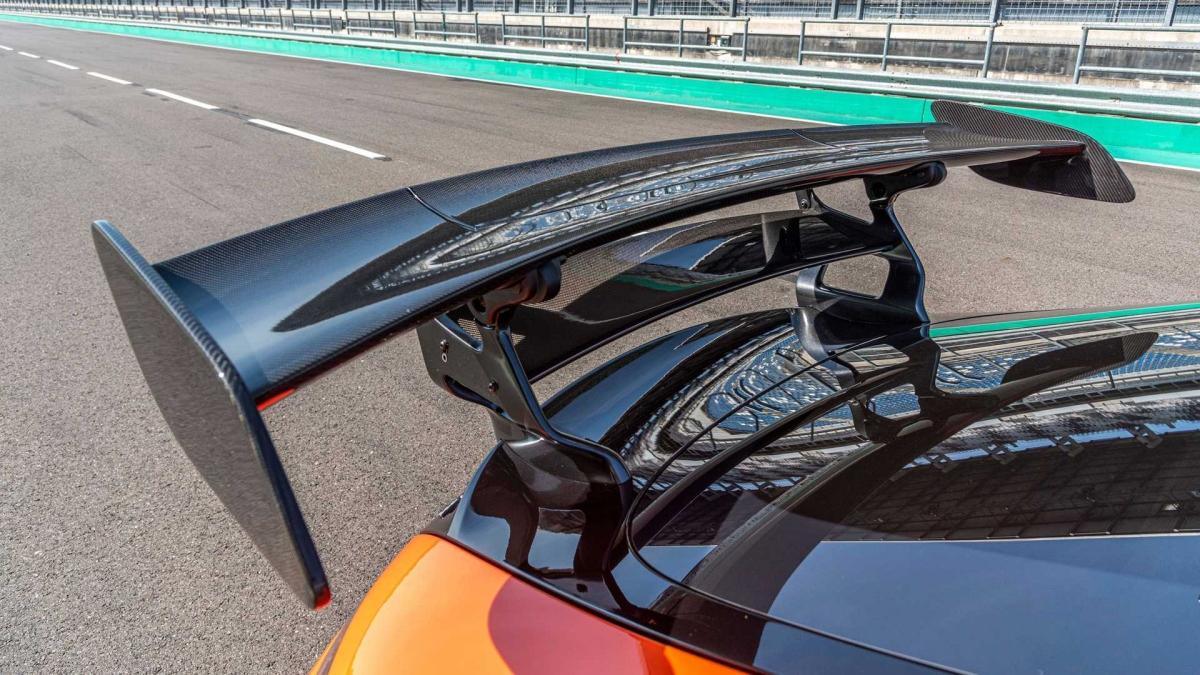 Sức mạnh được truyền đến bánh sau thông qua hộp số AMG SPEEDSHIFT DCT 7 cấp. Xe có thể tăng tốc lên 100 km/h trong 3,2 giây và tốc độ tối đa lên đến 325 km/h.