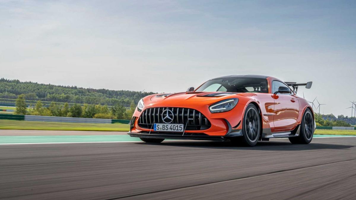 Cụ thể, tại thị trường Mỹ, chiếc siêu xe của Mercedes-Benz có giá bán ở mức 325.000 USD, chưa bao gồm 1.050 USD chi phí vận chuyển. Với giá bán này, AMG GT Black Series cao hơn AMG GT R Pro đến 125.350 USD, tương đương một chiếc AMG GT tiêu chuẩn.