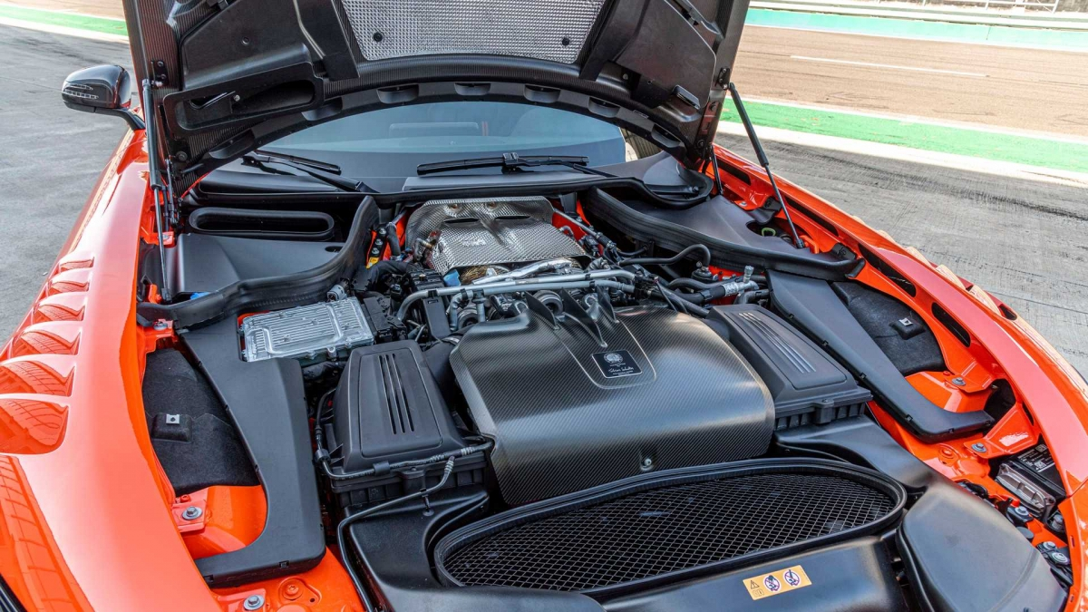 Khoang nội thất của GT Black Series đem lại cảm giác của một chiếc xe đua với da Nappa độc quyền kết hợp với microfiber đen DINAMICA và các đường chỉ khâu tương phản màu cam, đem lại cảm giác thể thao cho người ngồi trong.