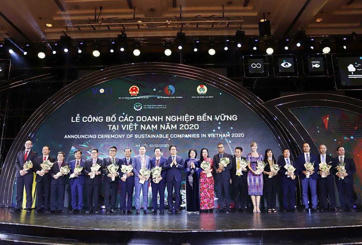 Phó Chủ tịch nước Đặng Thị Ngọc Thịnh tặng hoa chúc mừng Top 10 doanh nghiệp bền vững trong lĩnh vực Thương mại – Dịch vụ và Top 10 trong lĩnh vực sản xuất.