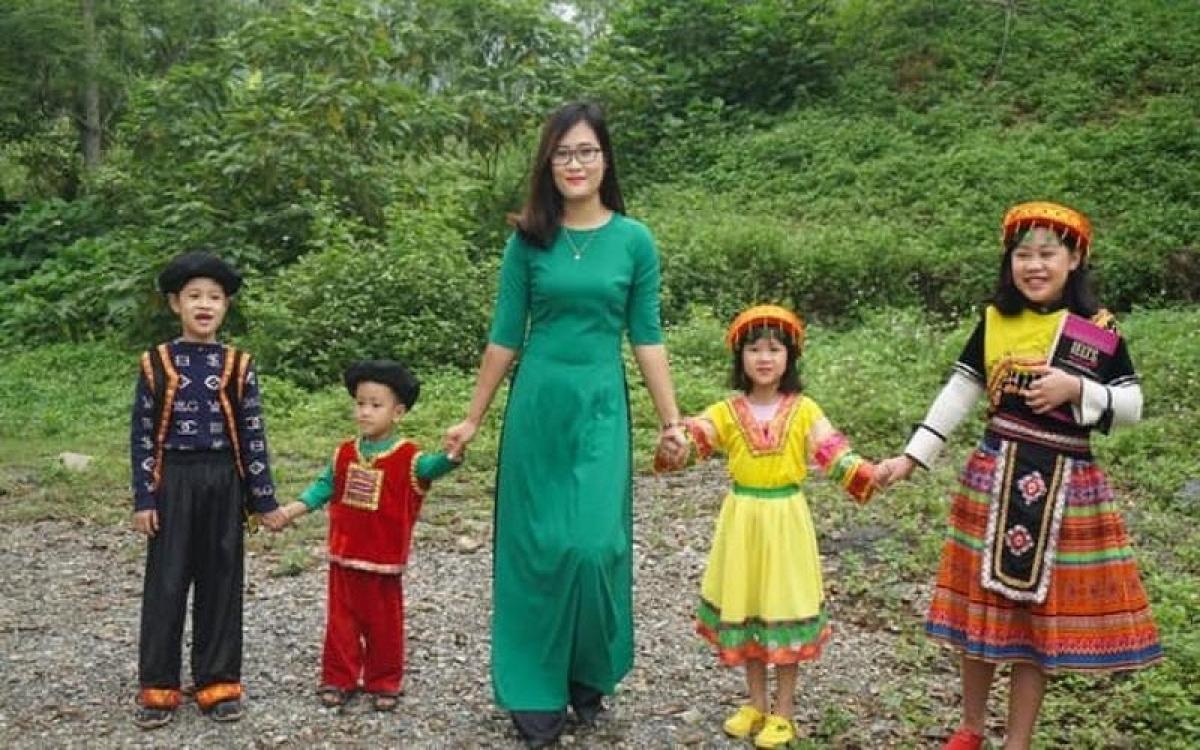 Cô giáo Hà Ánh Phượng cùng các em học sinh của mình ở trường THPT Hương Cần, huyện miền núi Hương Sơn, tỉnh Phú Thọ
