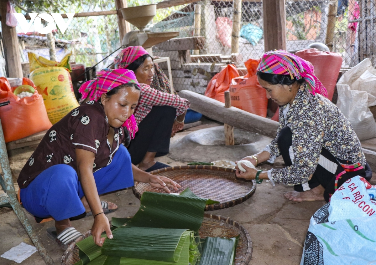 The first batch of cake is made specifically to offer to the ancestors. Usually, families begin to offer best wishes for the new year to each other before enjoying entertainment activities on the second day of the festival.
