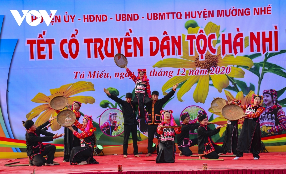 The administration of Muong Nhe district in Dien Bien province holds art performances to mark the occasion.
