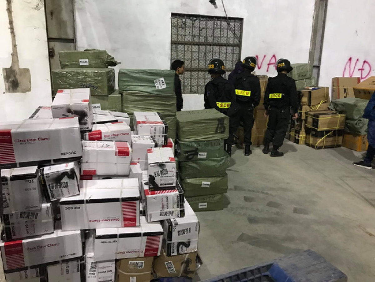 """Vụ án buôn lậu """"khủng"""" xuyên quốc gia với hơn 300 tấn hàng hóa."""