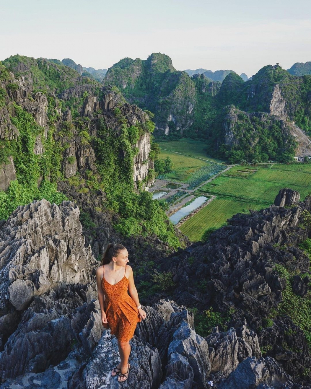 """Coming to """"the great wall of the Vietnamese version"""" on winter days, visitors can still enjoy a full view of Tam Coc with a poetic and charming scene."""