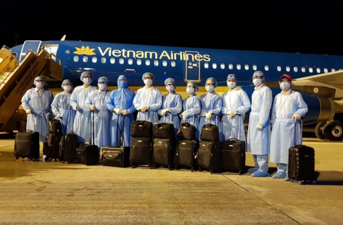 Vietnam Airlines đã có quyết định tạm dừng phân công công việc với nam tiếp viênD.T.H để xem xét kỷ luật với hình thức sa thải.