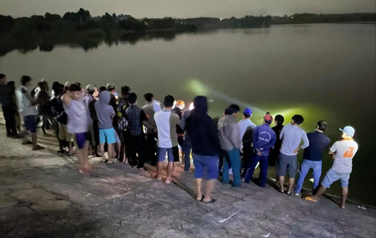 Rạng sáng nay, người dân phát hiện thi thể người phụ nữ trôi trên mặt hồ Đá Bàng