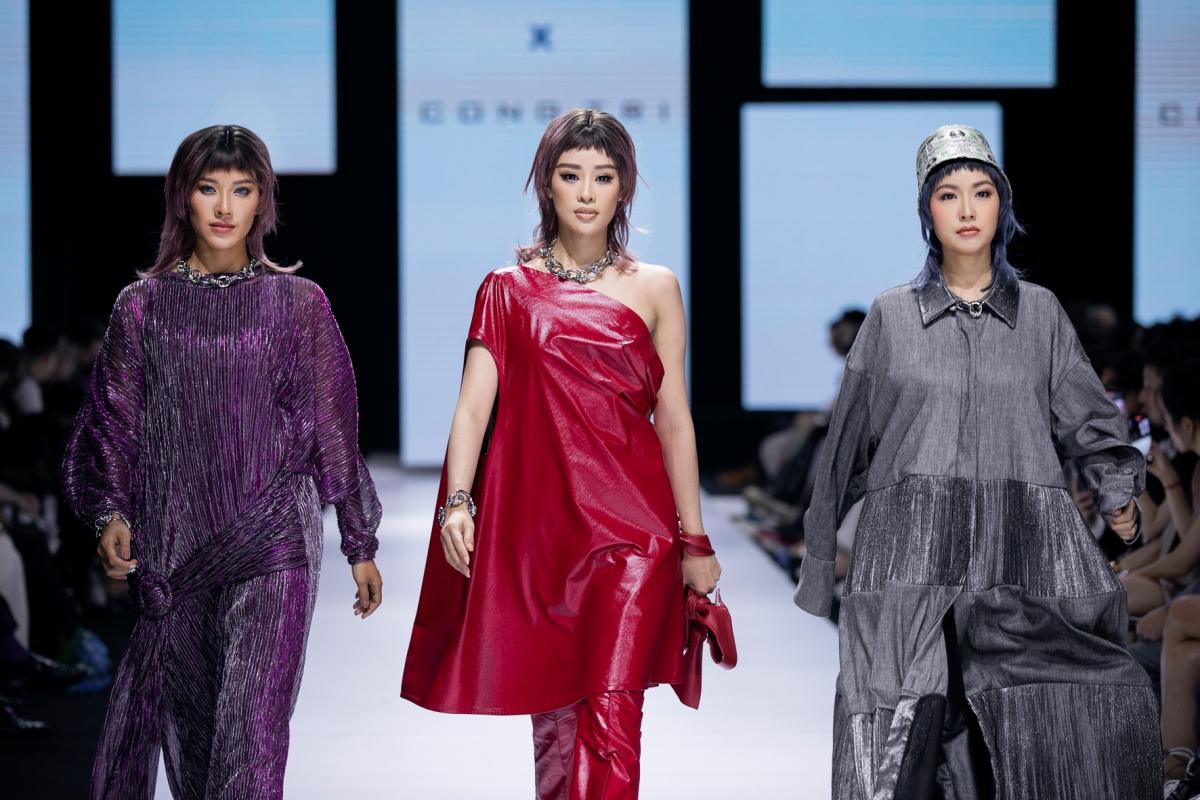 """Hoa hậu Khánh Vân (giữa) """"đốt cháy"""" sàn catwalk với thần thái sắc lạnh cùng những sải bước điêu luyện thu hút mọi ánh nhìn."""