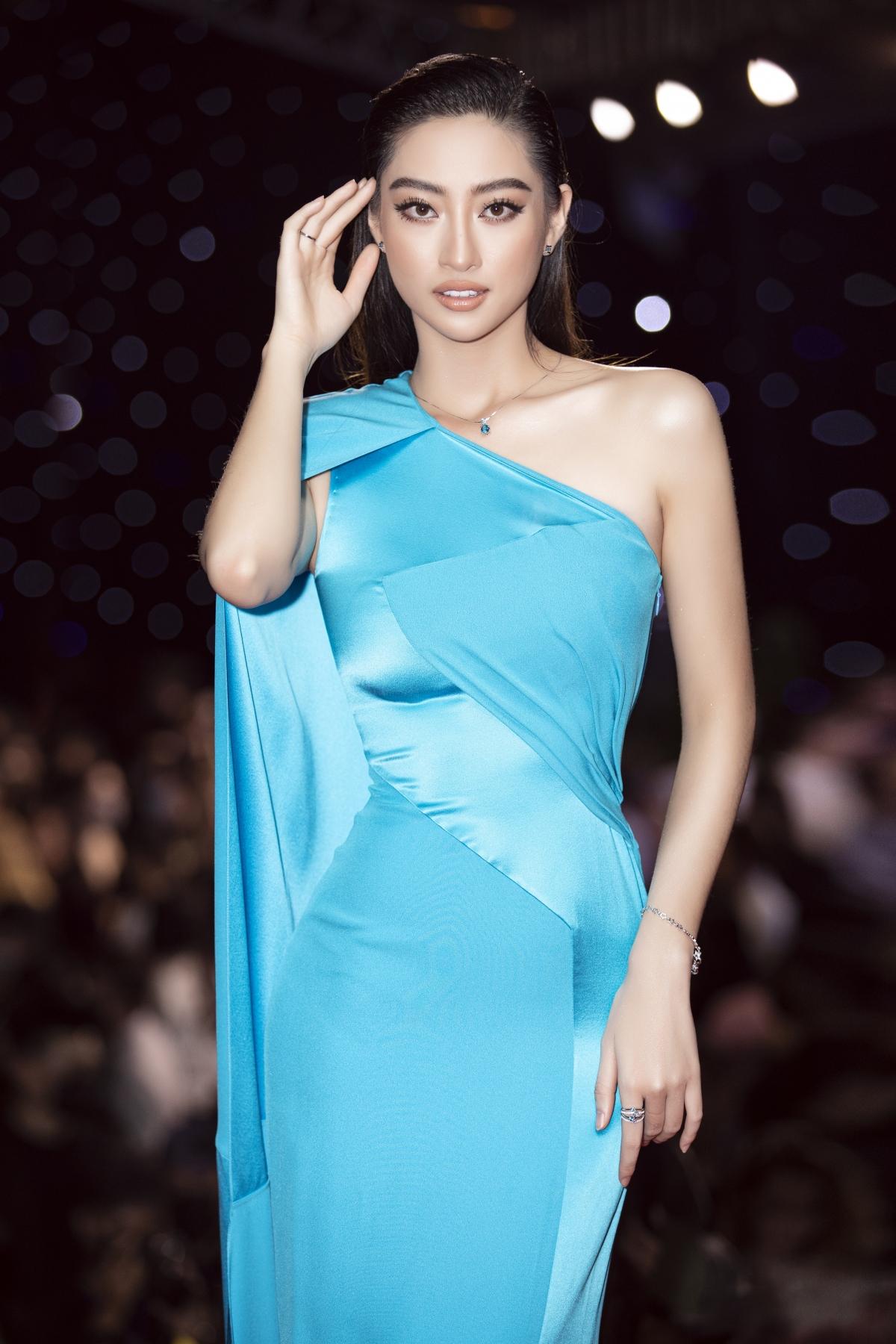 Tham gia sự kiện lần này, Hoa hậu Lương Thuỳ Linh chọn lựa một bộ cánh tôn dáng giúp khoe trọn đôi chân dài 1m22 của mình. Trong suốt hơn 1 năm đương nhiệm, nàng hậu sinh năm 2000 đã nhiều lần sải bước trên các sàn diễn thời trang lớn nhỏ bên cạnh cương vị Hoa hậu.