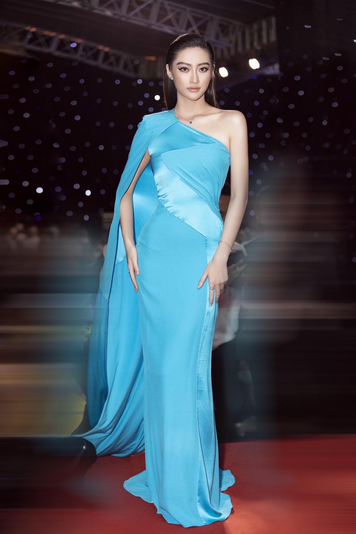 """Sở hữu những đường nét sắc sảo cùng chiều cao """"khủng"""", Lương Thuỳ Linh cũng trình diễn trong bộ sưu tập của NTK Công Trí tại Tuần lễ Thời trang."""