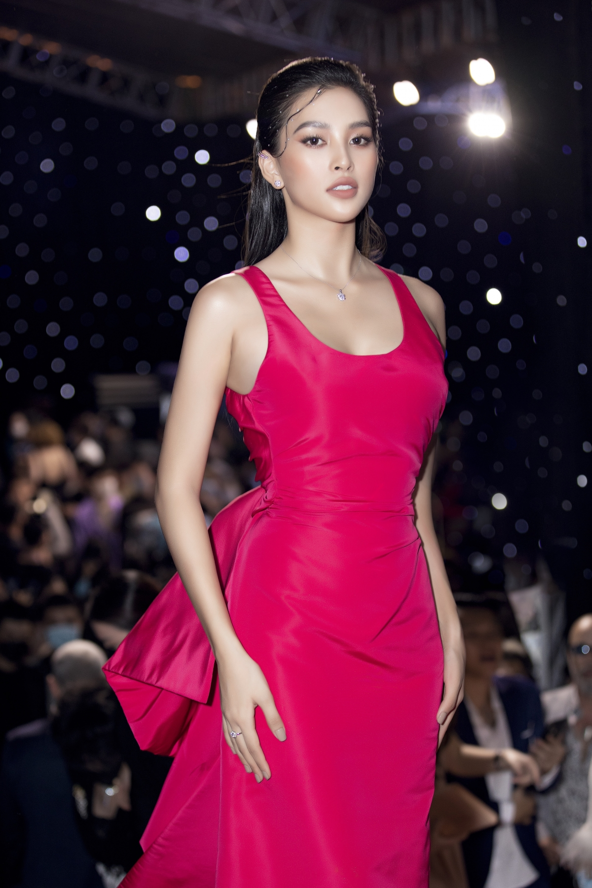 Mặc dù đã chính thức khép lại nhiệm kỳ nhưng Tiểu Vy vẫn là tâm điểm chú ý khi sải bước giữa thảm đỏ sự kiện. Trong sắc hồng lộng lẫy, nàng hậu xứ Quảng tự tin khoe vẻ đẹp rạng rỡ đầy gợi cảm ở tuổi 20.