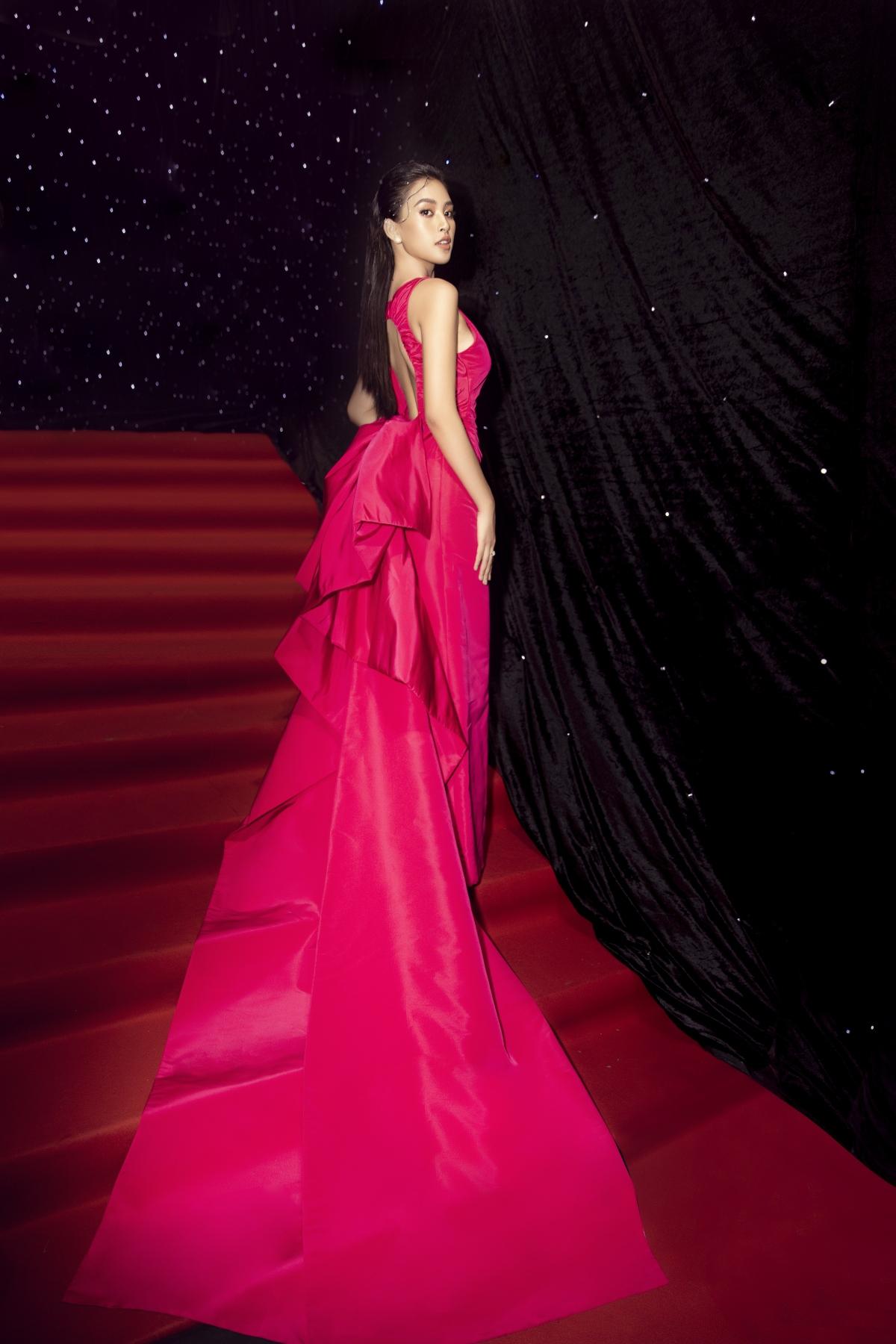 """Là một trong những sao mặc đẹp, cô nàng nhiều lần được ưu ái với danh xưng """"nữ hoàng thảm đỏ"""" khi xuất hiện. Không những thế, Tiểu Vy cũng đảm nhận vai trò mở màn trên sàn diễn thời trang vừa qua."""