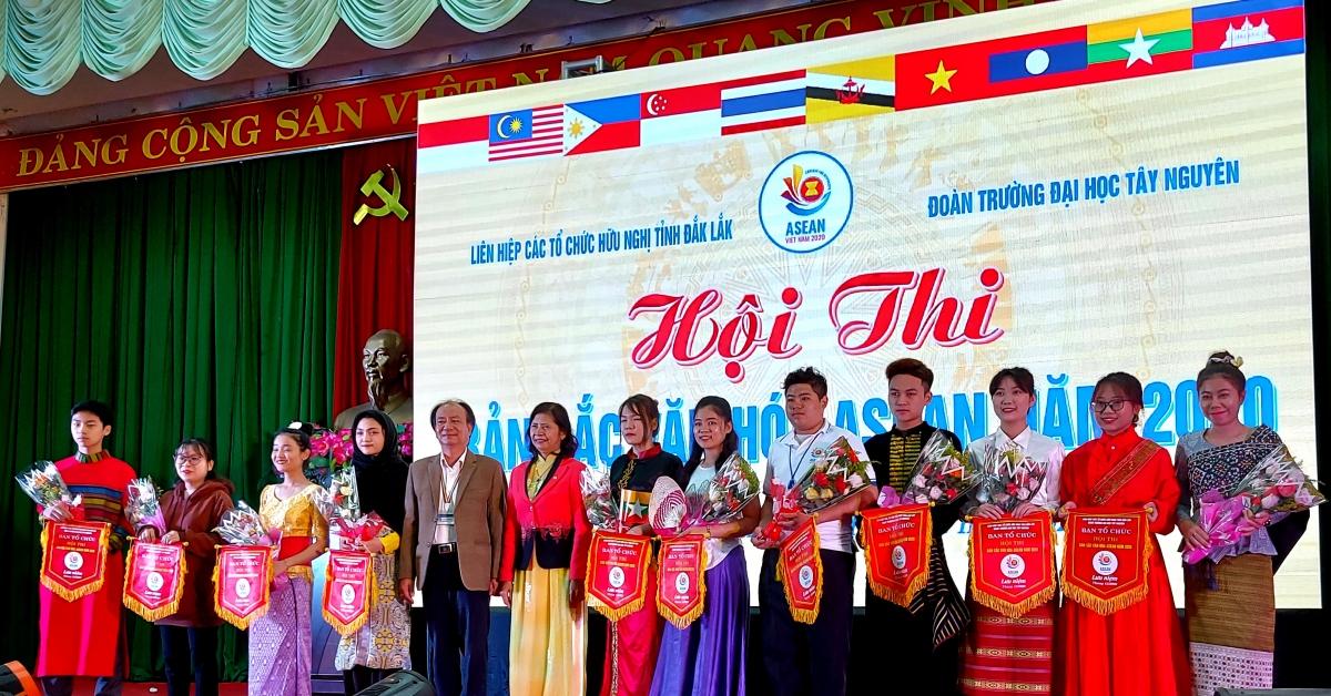 Ban tổ chức tặng cờ lưu niệm cho các đội thi.
