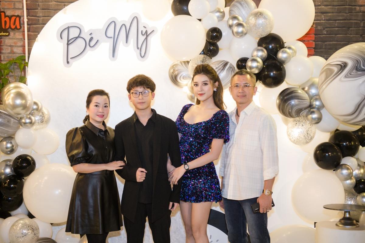 Huyền My và gia đình tại tiệc sinh nhật.