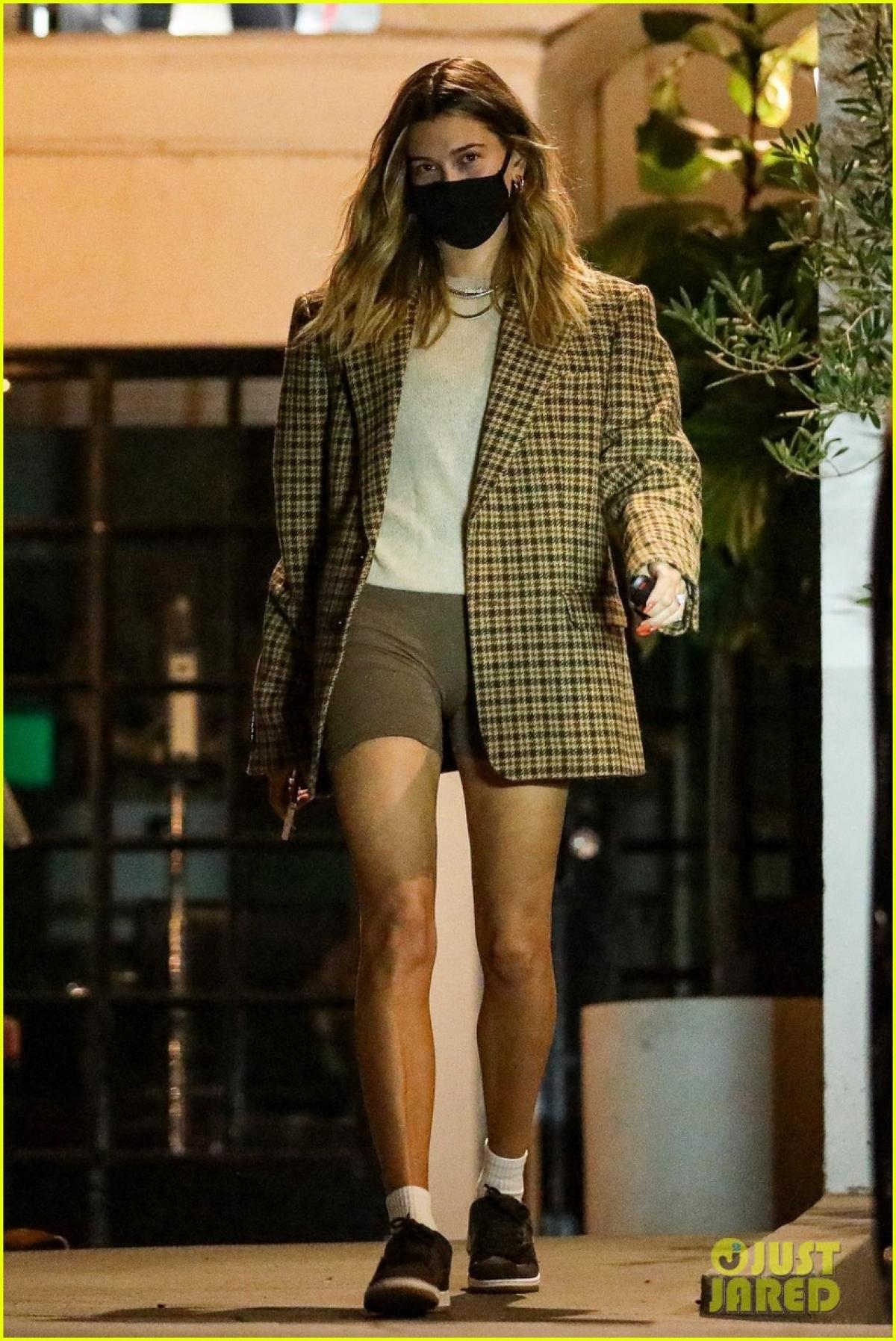 Hailey Baldwin bị cánh săn ảnh bắt gặp khi đang một mình sải bước trên phố lúc tối muộn, sau khi rời khỏi tiệm làm tóc ở Beverly Hills.