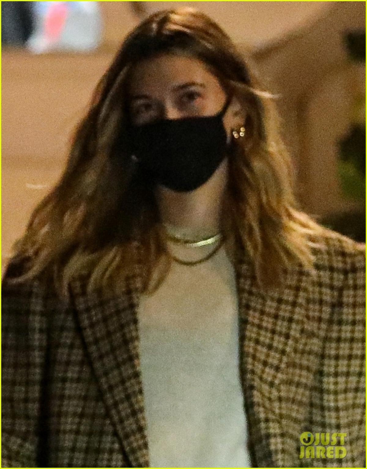Bà xã Justin Bieber diện áo vest và quần shorts biker năng động ra phố.