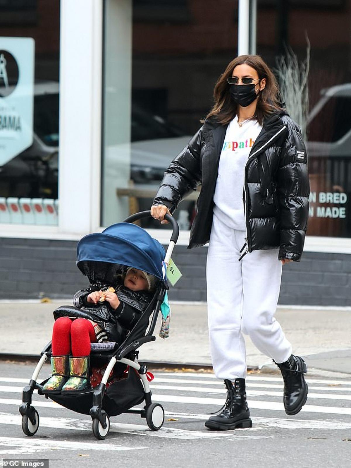Cô đưa con gái cưng ra phố dạo chơi.