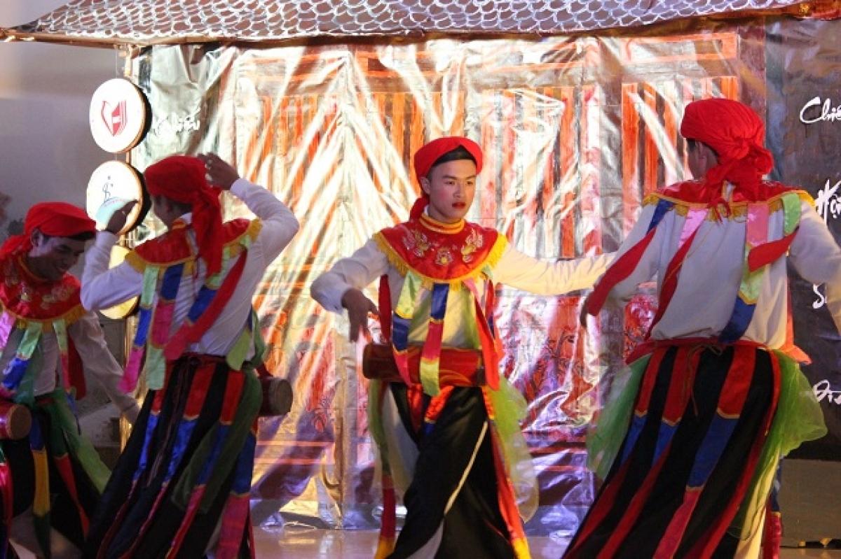 """Tiết mục múa cổ """"Con đĩ đánh bồng"""" của nghệ nhân làng Triều Khúc."""