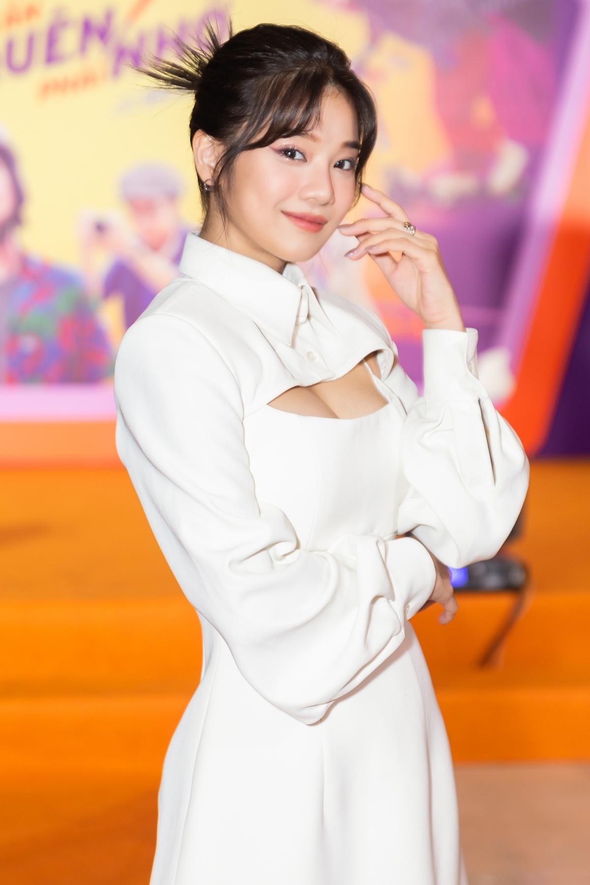 Hoàng Yến Chibi diện trang phục lấp ló vòng 1.