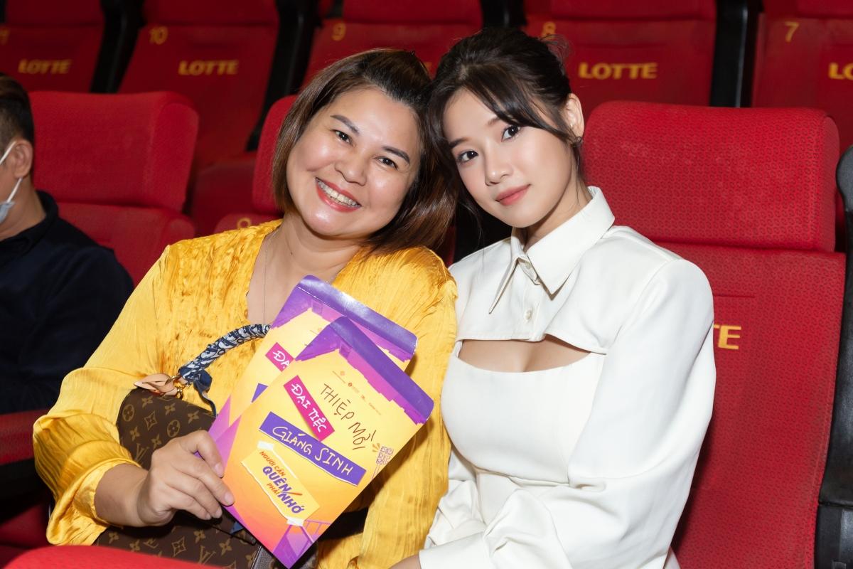 Hoàng Yến Chibi bên mẹ.