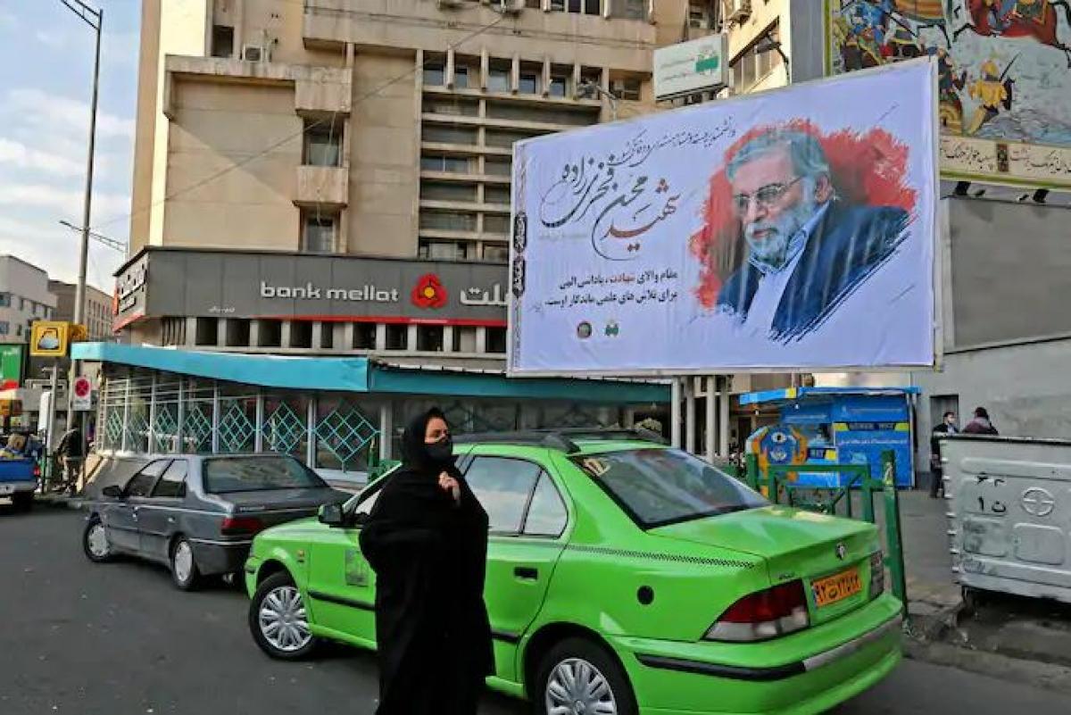 Một người phụ nữa đi qua tấm bảng tưởng nhớ nhà khoa học hạt nhân Mohsen Fakhrizadeh ở Tehran, Iran ngày 30/11. Ảnh: AFP