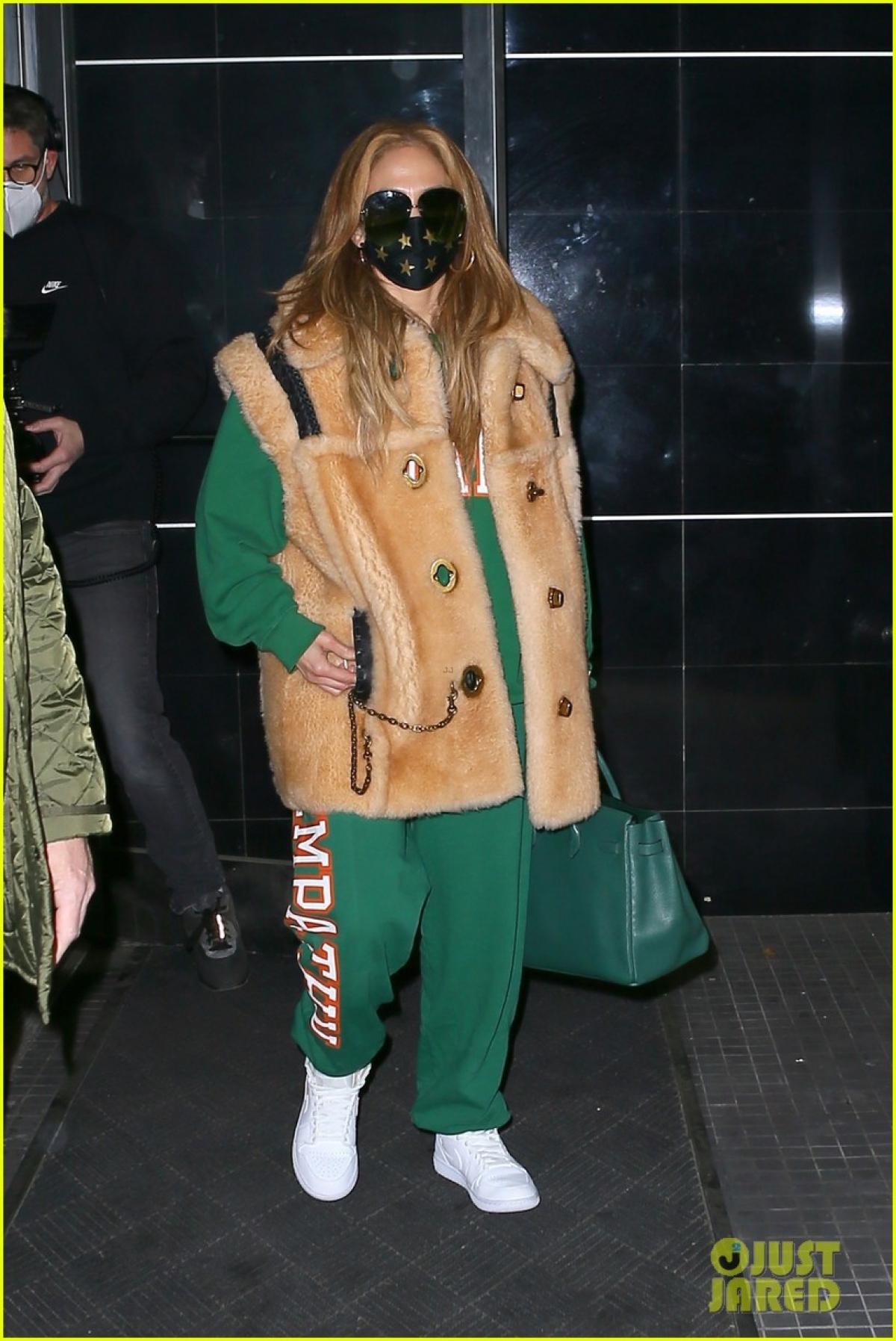 Jennifer Lopez thu hút mọi ánh nhìn khi rời trường quay ở New York ngày 28/12 vừa qua, theo giờ địa phương.