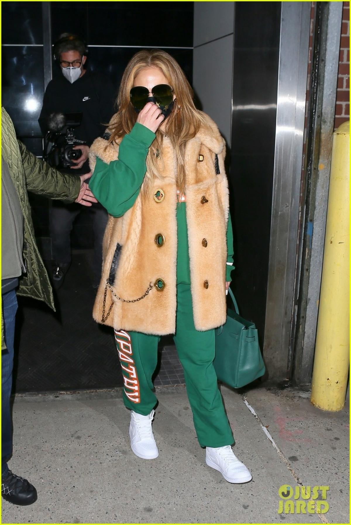 Nữ ca sĩ diện set đồ thể thao và áo khoác lông thú ra phố.