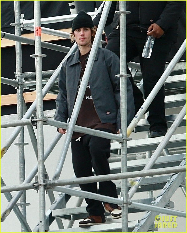 Nam ca sĩ bị cánh săn ảnh bắt gặp khi xuất hiện tại sân khấu đang dựng dở ở Los Angeles ngày 30/12 vừa qua.