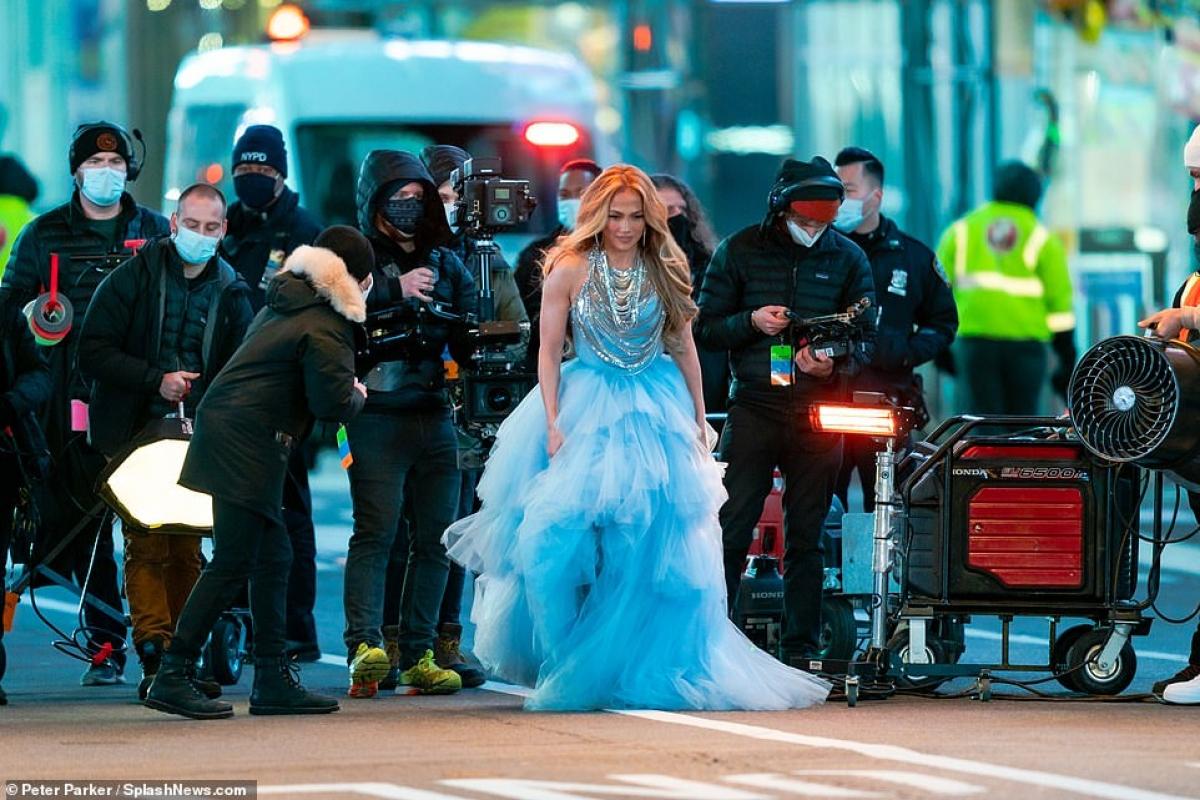 Jennifer Lopez bận rộn làm việc cùng ekip.