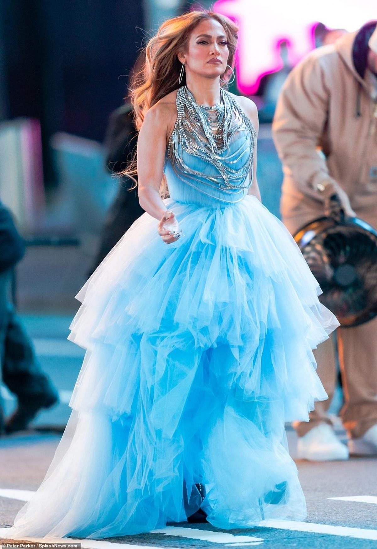 Trong thời gian qua, Jennifer Lopez chăm chỉ luyện thanh để chuẩn bị thật tốt cho màn trình diễn sắp tới.