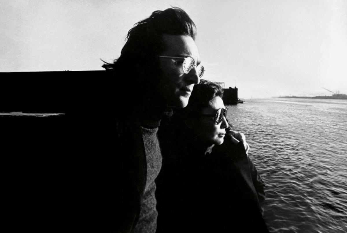 """Về những bức ảnh đã chụp, Hamill chia sẻ bức ảnh ông yêu thích nhất là hình ảnh John và Yoko nhìn ra sông Hudson. """"Cả hai đều có cùng tâm trạng và John thì đặt tay lên vai trái của cô ấy. Họ mặc quần áo tối màu tương đồng và giống như những người bạn đồng hành. Đó là một khoảnh khắc kỳ diệu"""", Hamill nói."""